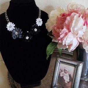 Jewelry - Beaded flower necklace